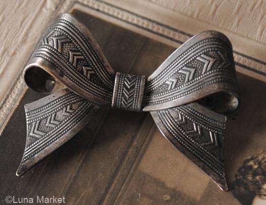 1930s silvertone bow brooch v1