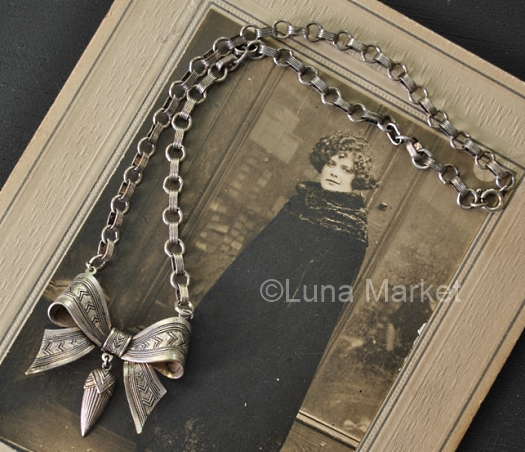 large bow necklace on round and oval link chain 1930s
