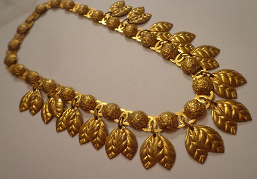 gold leaves collar
